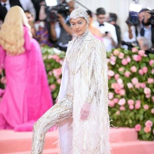Adu Gaya Model Lingerie Victorias Secret di Pink Carpet MET Gala 2019