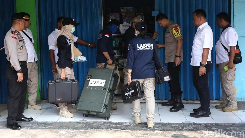 Suasana Olah TKP Toko HP di Bekasi yang Simpan Bom
