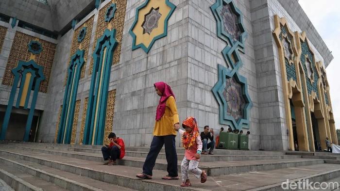Sejumlah anak-anak bermain di taman Jakarta Islamic Centre, Koja, Jakarta Utara, Kamis (9/5). Mereka tampak ceria meski tengah berpuasa.