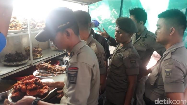 Satpol PP Razia Warung Nasi Bandel di Padang, Makanan-Kompor Disita