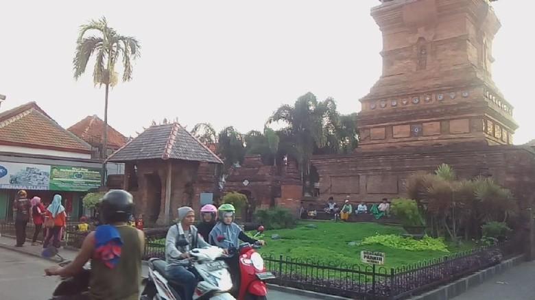 Warga ngabuburit di Menara Kudus (Akrom Hazami/detikcom)