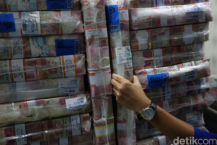 Karyawan sedang memeriksa pasokan uang di Cash Pooling Bank Mandiri, Jakarta, Kamis (9/5/2019).