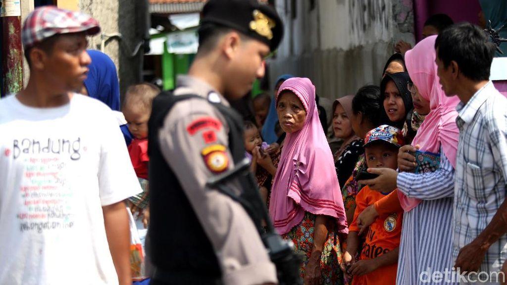 Warga Menyemut di Lokasi Bom Toko HP Bekasi
