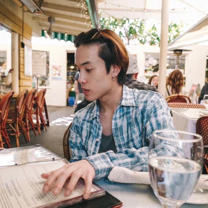 Mampir ke Los Angeles. James terlihat sedang berada di Original Farmers Marrket. Kira-kira ia ingin memesan makanan apa ya? Foto: Instagram@jamyjamess