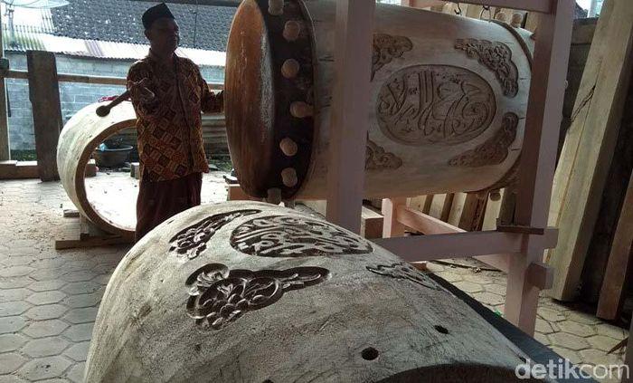 Perajin beduk tersebut Zaemadi (58), warga Dusun Bleder RT 06/RW 06, Desa Ngasinan, Kecamatan Grabag, Kabupaten Magelang. Saat berkunjung di rumahnya tersebut, sejumlah pekerja telah membuat beduk berukuran besar. Bahkan, ada juga beduk yang sudah jadi tinggal finishing.
