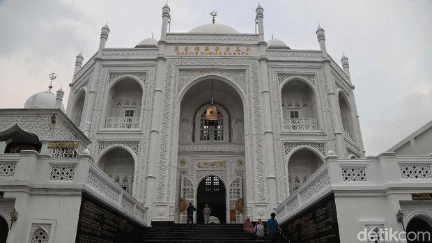 Masjid Ramlie Musofa di Sunter yang arsitekturnya mirip taj mahal di India