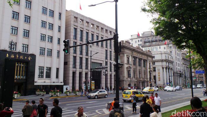 Hampir seluruh gedung di area ini merupakan kantor dari perusahaan keuangan, mulai dari bank hingga asuransi. Mayoritas dari bank yang ada di China sendiri merupakan milik pemerintah.