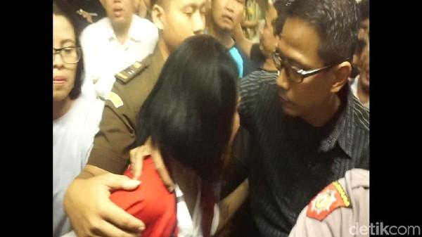 Akhirnya Bertemu, Vanessa Angel Menangis dalam Pelukan sang Ayah