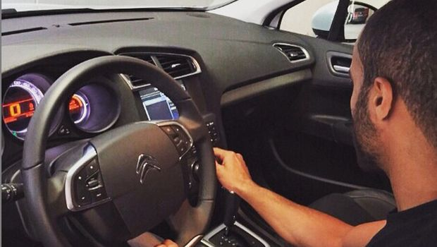 Lucas Moura duduk di mobil Citroen
