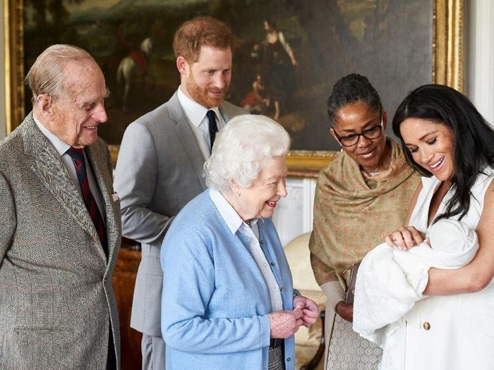 Britains Prince Harry and Meghan, Duchess of Sussex are joined by her mother, Doria Ragland, as they show their new son, born on Monday and named as Archie Harrison Mountbatten-Windsor, to the Queen Elizabeth II and the Duke of Edinburgh at Windsor Castle, Britain May 8, 2019 in this image released on May 8, 2019.  Chris Allerton/Copyright SussexRoyal/Pool via REUTERS The photograph must not be digitally enhanced, manipulated or modified in any manner or form and must include all of the individuals in the photograph when published. NO COMMERCIAL OR BOOK SALES. NO SALES. NO RESALES. NO ARCHIVES. NOT FOR SALE FOR MARKETING OR ADVERTISING CAMPAIGNS. MANDATORY CREDIT .THIS IMAGE HAS BEEN SUPPLIED BY A THIRD PARTY. NO THIRD PARTY SALES. NOT FOR USE BY REUTERS THIRD PARTY DISTRIBUTORS. TEMPLATE OUT. NEWS EDITORIAL USE ONLY. NO COMMERCIAL USE. NO MERCHANDISING, ADVERTISING, SOUVENIRS, MEMORABILIA OR COLOURABLY SIMILAR. NOT FOR USE AFTER FRIDAY JUNE 7, 2019 WITHOUT PRIOR PERMISSION FROM KENSINGTON PALACE.