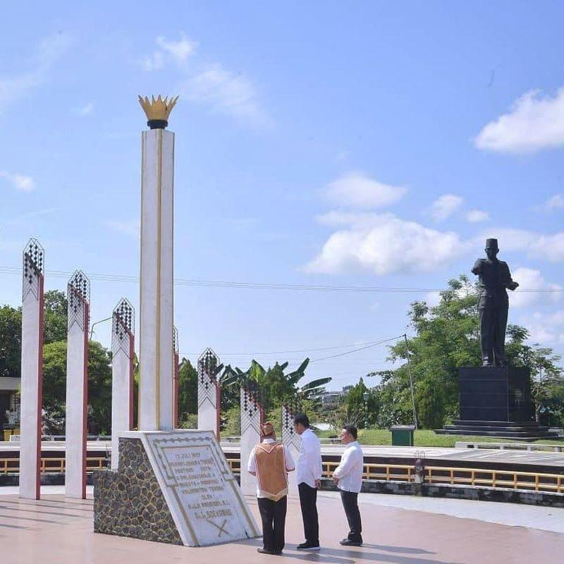 Presiden Jokowi beserta jajarannya singgah ke Tugu Soekarno di Palangkaraya Rabu kemarin (8/5). Tugu itu dikenal sebagai tiang pancang pembangunan Kota Palangkaraya sekaligus saksi bisu dari wacana pemindahan ibu kota sejak era Presiden Soekarno (@jokowi/Instagram)