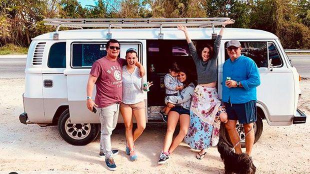 Bond Girl Ana de Armas Senang Road Trip Naik VW Kombi