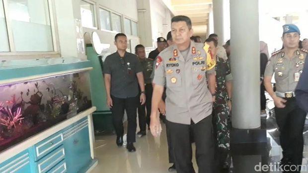 Kapolda Jateng, Irjen Pol Rycko Amelza Dahniel saat menjenguk AKP Aditia.