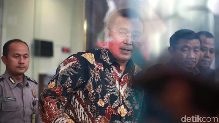 Wali Kota Tasikmalaya Budi Budiman diperiksa KPK sebagai tersangka kasus dugaan suap eks pejabat Kemenkeu Yaya Purnomo. Dia tak ditahan setelah diperiksa KPK.