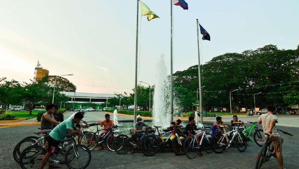 Beruntunglah Kamu di Indonesia, Kalau Gosip di Kota Ini Bisa Didenda