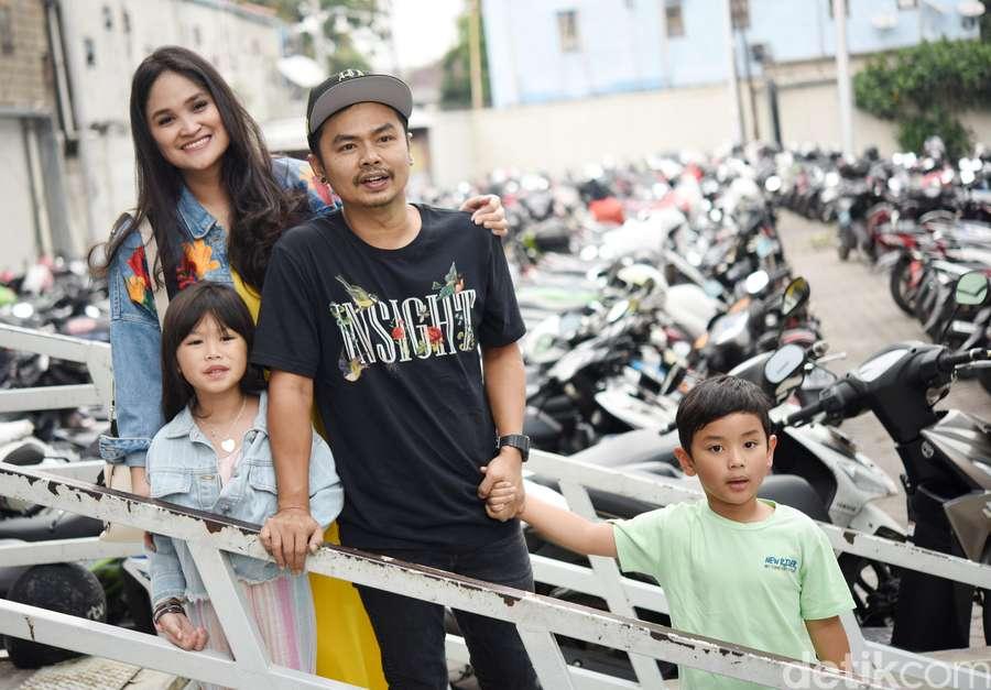 Tawa Bahagia Wendy Cagur Usai Dapat Kejutan dari Keluarga