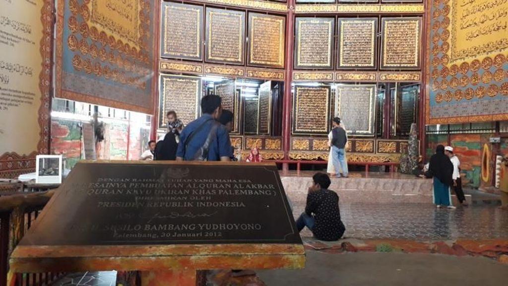 Foto: Al Quran Raksasa di Palembang