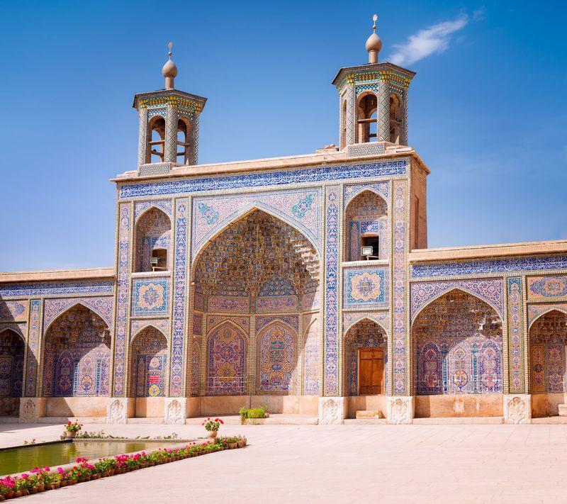 Banyak masjid cantik dengan arsitektuk indah di Iran dan salah satunya adalah Masjid Nasir Al Mulk. Masjid yang didominasi warna pink ini juga dikenal dengan nama Pink Mosque. (iStock)