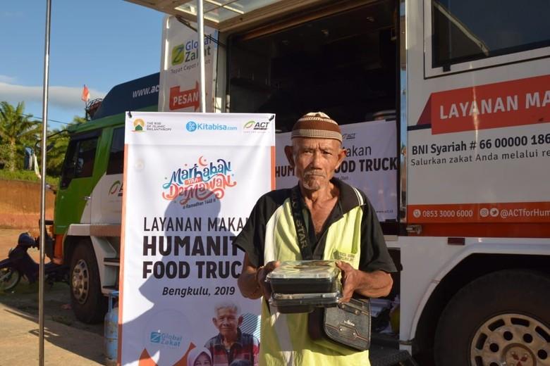 Korban Banjir Bengkulu Nikmati Hidangan Humanity Food Truck ACT