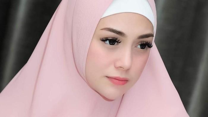 Celine Evangelista Cantik Pakai Hijab Syari