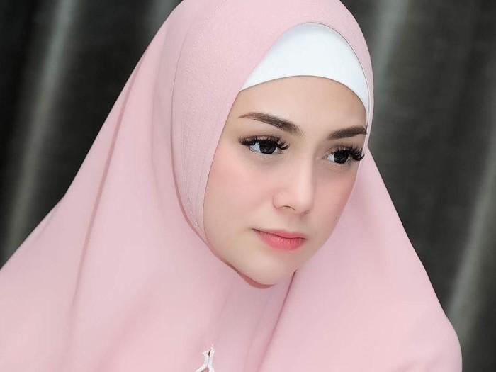 Celine Evangelista memakai hijab syari. Foto: Instagram/Celine_Evangelista