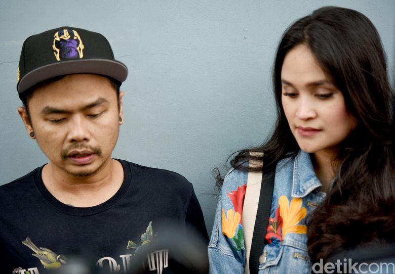 Wendy Cagur bersama sang istri, Ayu Natasha saat ditemui di studio Trans TV, Kapten Tendean, Jakarta Selatan pada Rabu (8/5).Pool/Noel/detikFoto.