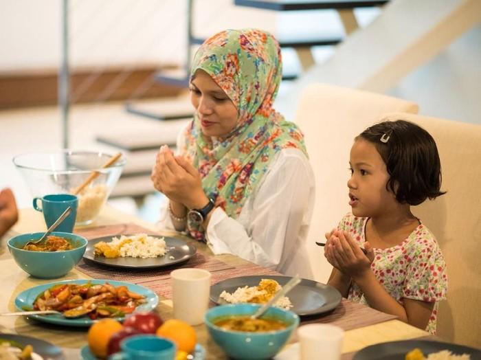 ilustrasi ibu dan anak berdoa