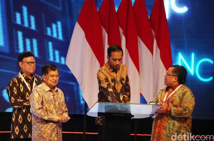 Jokowi nampak mengenakan kemeja batik lengan panjang dan celana hitam saat membuka Musrenbangnas 2019. Acara rutin satu tahunan ini dihadiri oleh kementerian/lembaga, dan para kepala daerah.