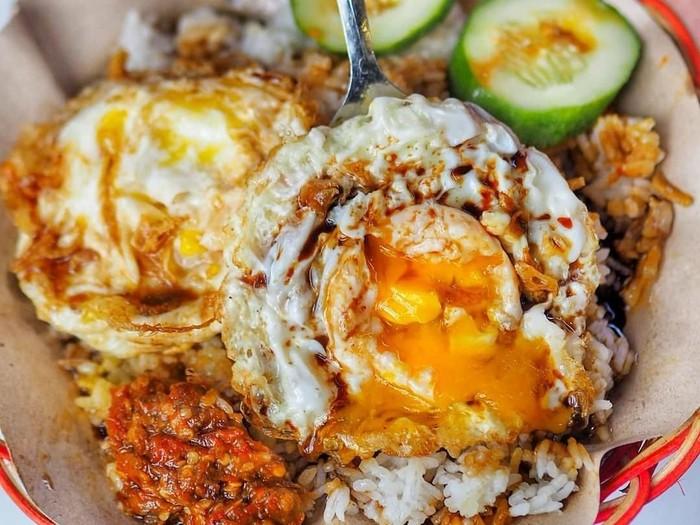 Nasi putih hangat enak dinikmati dengan telur ceplok. Dimasak setengah matang, sajian telur ini enak dipadu dengan kecap dan sambal pedas. Foto: Instagram@jangandiet.id