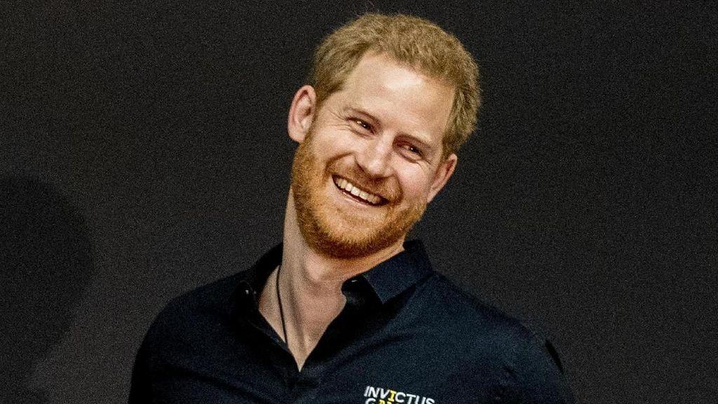 Baru Punya Anak, Pangeran Harry Bangga Pakai Baju I Am Daddy
