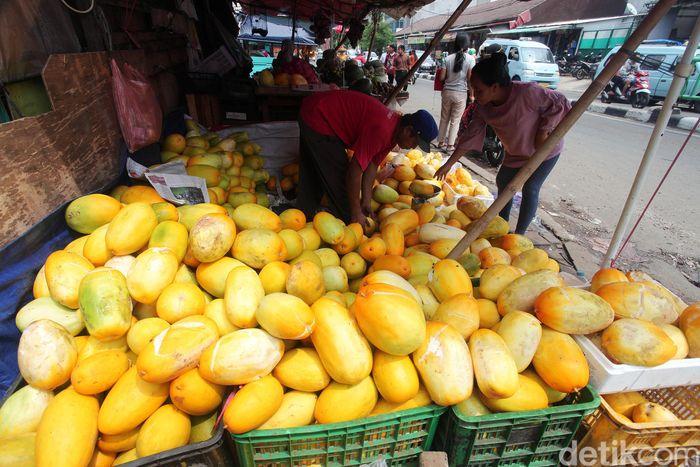 Pedagang timun suri mulai muncul di sejumlah tempat saat datang bulan suci ramadhan, salah satunya di kawasan Pasar Pal Merah, Jakarta, Jumat (10/5/2019).