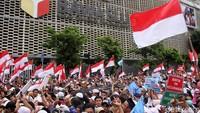 Bendera merah putih terus dikibarkan selama jalannya aksi.