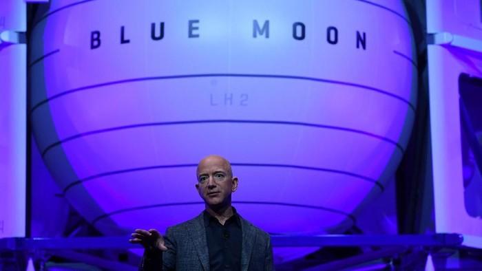 Jeff Bezos saat memperkenalkan Blue Moon, wahana pendarat Bulan milik Blue Origin. Foto: Clodagh Kilcoyne/Reuters