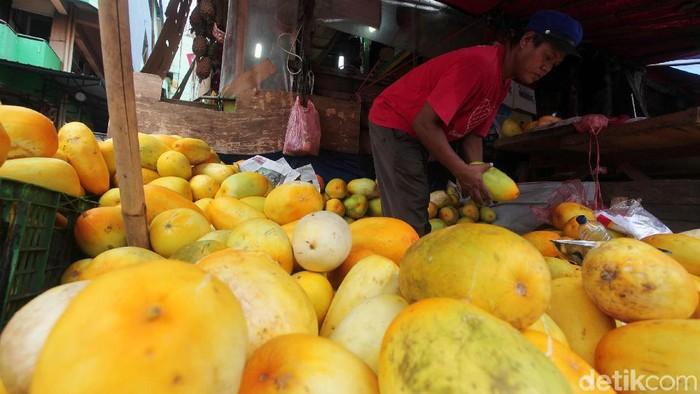 Setiap Ramadhan selalu ramai dengan pedagang timun suri terlihat di Pasar Pal Merah, Jakarta Barat, Jumat (10/5/2019). Timun suri yang dijual Rp 10.000 per Kg ini menjadi buah yang paling dicari masyarakat untuk dijadikan takjil atau minuman saat berbuka puasa.