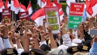 Massa yang hadir sebagian ini diketahui massa FPI dan terus berorasi menolak pemilu curang.
