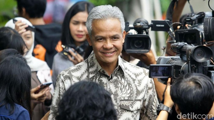 Gubernur Jawa Tengah Ganjar Pranowo diperiksa KPK sebagai saksi kasus dugaan korupsi e-KTP. Usai diperiksa Ganjar langsung pose tiga jari.