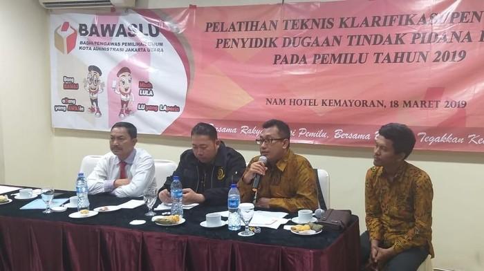 Ketua Sentra Gakkumdu Bawaslu Jakut, Benny Sabdo (pegang mik) (Foto: Dok. Istimewa)