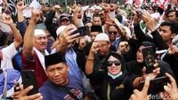 Para peserta juga sempat berswafoto di tengah-tengah aksi massa.