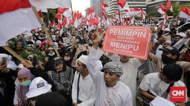 Unjuk rasa menuntut pengusutan dugaan kecurangan Pemilu 2019 di depan gedung Bawaslu, Jakarta, 10 Mei.