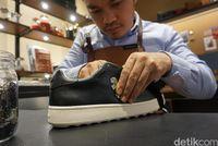 Ramdani, seorang Craftsman Coach, meng-customize sneakers C101