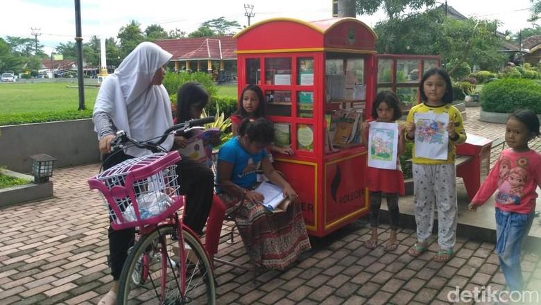 Kotak Literasi Cerdas (Kolecer) jadi spot ngabuburit di Pangandaran (Andi Nurroni/detikcom)