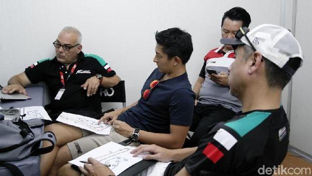 Rio Haryanto dan David Tjiptobiantoro Ubah Seting Mobil di Buriram