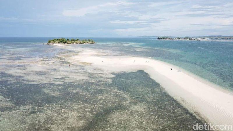Pulau Pasir merupakan bentangan pasir yang membelah laut Lombok Timur. (Wisnu/detikcom)