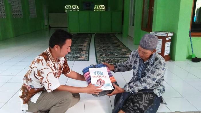 Yan Yan Yuliana (kemeja batik) inisiator wakaf sandal. (Foto: istimewa)