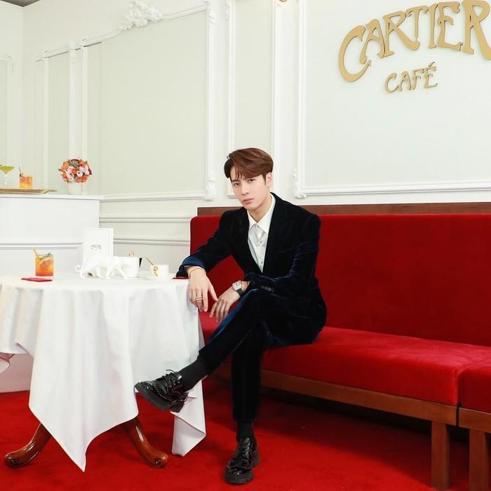 Meski terkenal di Korea Selatan, tapi Jackson sebenarnya berasal dari Hong Kong. Ia terkenal sebagai salah satu member GOT7, ini pose manisnya saat sedang berada di kafe klasik. Foto: Instagram @jacksonwang852g7