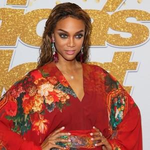 Jadi Model Sampul Majalah Baju Renang Tertua, Tyra Banks Tetap Memesona