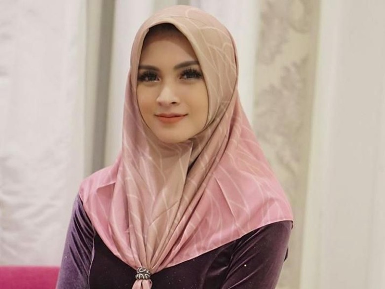 Donita Mulai Berhijab, Adi Nugroho Tak Berhenti Memuji