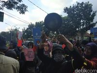 'Bersenjata' Panci, Emak-emak Minta KPU Autopsi Jenazah Petugas KPPS