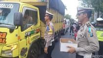 Sambil Bagi Takjil, Polisi Juga Sosialisasi Jalur Alternatif di Bojonegoro