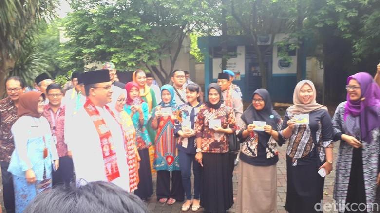 Gubernur Anies Serahkan Kartu Dasa Wisma untuk Program Pendataan
